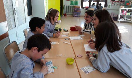Petits i grans comparteixen estones en anglès a l'escola